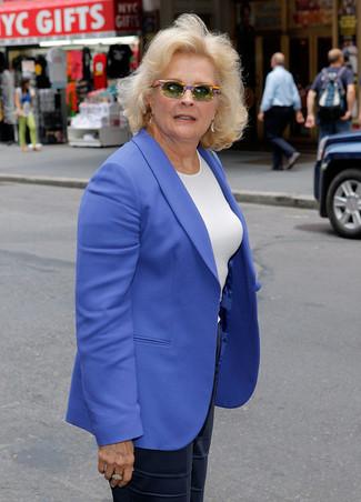 Wie kombinieren: blaues Sakko, weißes T-Shirt mit einem Rundhalsausschnitt, dunkelblaue weite Hose aus Seide, olivgrüne Sonnenbrille