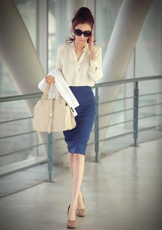 weißes Sakko, hellbeige Bluse mit Knöpfen, blauer Bleistiftrock, beige Leder Pumps für Damen