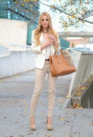 hellbeige Sakko, weiße Bluse mit Knöpfen, hellbeige enge Hose, hellbeige Wildleder Pumps für Damen