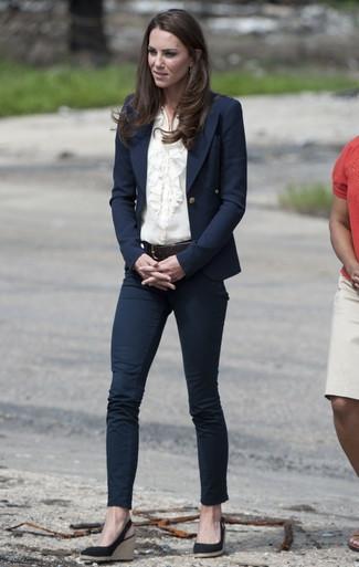 Kate Middleton trägt dunkelblaues Sakko, hellbeige Bluse mit Knöpfen, dunkelblaue enge Jeans, dunkelblaue Keilsandaletten aus Wildleder