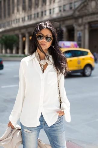 1370c4744a24 Wie kombinieren  hellbeige Sakko, weiße Chiffonbluse mit knöpfen, hellblaue enge  Jeans mit Destroyed Schwarze Sonnenbrille ...