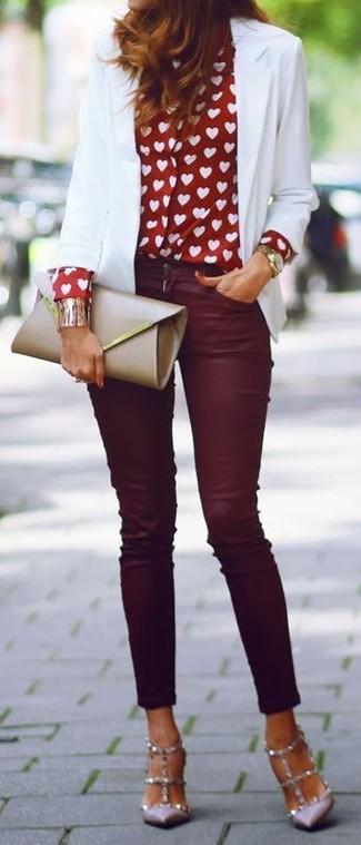 Vereinigen Sie ein weißes Sakko mit dunkelroten engen Jeans für ein Alltagsoutfit, das Charakter und Persönlichkeit ausstrahlt. Setzen Sie bei den Schuhen auf die klassische Variante mit grauen beschlagenen Leder Pumps.
