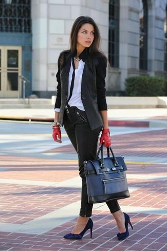 Wie kombinieren: dunkelgraues Sakko, weiße und schwarze Bluse mit Knöpfen, schwarze Leder enge Jeans, dunkelblaue Wildleder Pumps