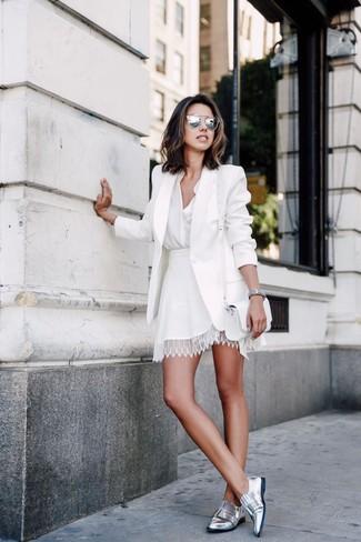 Wie kombinieren: weißes Sakko, weiße Bluse mit Knöpfen, weißer Skaterrock aus Spitze, silberne Leder Slipper