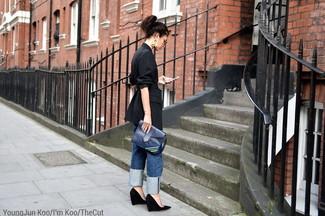 Wie kombinieren: schwarzes vertikal gestreiftes Sakko, blaue Boyfriend Jeans, schwarze Keilpumps aus Wildleder, dunkelblaue Leder Clutch