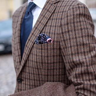 Wie kombinieren: braunes Wollsakko mit Schottenmuster, weißes Businesshemd, dunkelblaue Krawatte, dunkelblaues Einstecktuch mit Paisley-Muster