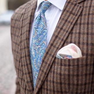 Wie kombinieren: braunes Wollsakko mit Karomuster, weißes Businesshemd, hellblaue Krawatte mit Paisley-Muster, hellbeige bedrucktes Einstecktuch
