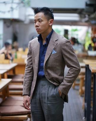 Wie kombinieren: braunes Sakko, dunkelblaues Langarmhemd, dunkelgraue Anzughose, hellblaues Einstecktuch