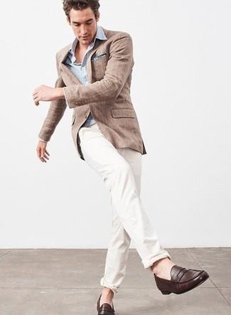 Wie kombinieren: braunes Leinen Sakko, hellblaues vertikal gestreiftes Langarmhemd, weiße Chinohose, dunkelbraune Leder Slipper