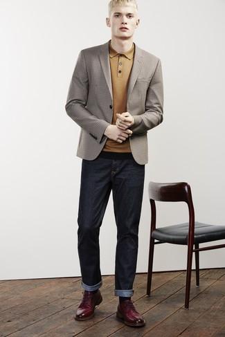 Wie kombinieren: braunes Sakko mit Karomuster, senf Polohemd, dunkelblaue Jeans, dunkelrote Leder Derby Schuhe