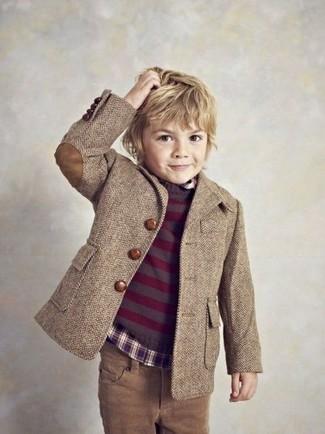 Wie kombinieren: braunes Sakko, dunkellila Pullover, dunkellila Langarmhemd, braune Jeans