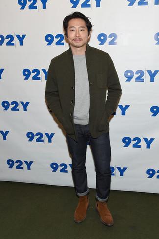 Wie kombinieren: braunes Wollsakko, grauer Pullover mit einem Rundhalsausschnitt, dunkelgraue Jeans, rotbraune Chelsea-Stiefel aus Wildleder