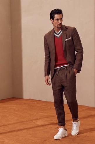 Wie kombinieren: braunes Sakko, roter Pullover mit einem V-Ausschnitt, braune Anzughose, weiße Leder niedrige Sneakers