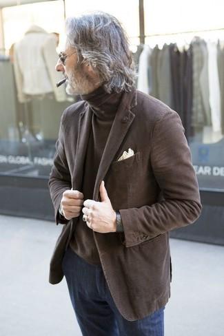 Wie kombinieren: braunes Sakko, brauner Rollkragenpullover, dunkelblaue Jeans, hellbeige Einstecktuch