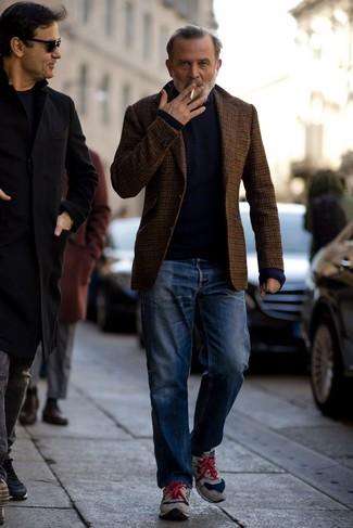 Herren Outfits & Modetrends: Tragen Sie ein braunes Wollsakko mit Vichy-Muster und blauen Jeans für ein bequemes Outfit, das außerdem gut zusammen passt. Fühlen Sie sich mutig? Entscheiden Sie sich für grauen Wildleder Sportschuhe.