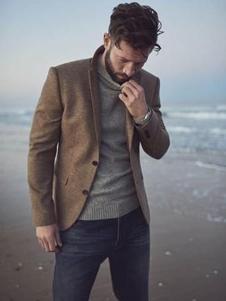Wie kombinieren: braunes Wollsakko, grauer Rollkragenpullover, schwarze Jeans, silberne Uhr