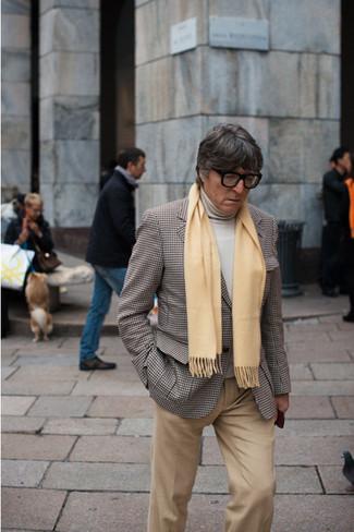 braunes Sakko mit Hahnentritt-Muster, hellbeige Rollkragenpullover, beige Chinohose, gelber Schal für Herren