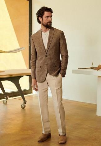 Beige Anzughose kombinieren: trends 2020: Kombinieren Sie ein braunes vertikal gestreiftes Sakko mit einer beige Anzughose, um vor Klasse und Perfektion zu strotzen. Suchen Sie nach leichtem Schuhwerk? Ergänzen Sie Ihr Outfit mit beige Wildleder Espadrilles für den Tag.