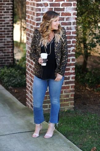 Wie kombinieren: braunes Sakko mit Leopardenmuster, schwarzes T-Shirt mit einem Rundhalsausschnitt, blaue Jeans, hellbeige Leder Sandaletten