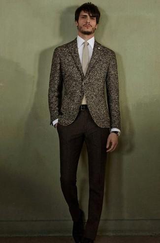 Wie kombinieren: dunkelbraunes Wollsakko, weißes Businesshemd, dunkelbraune Wollanzughose, hellbeige Krawatte
