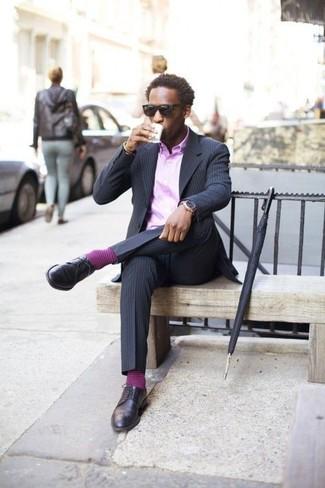 Wie kombinieren: dunkelblaues vertikal gestreiftes Sakko, hellviolettes Businesshemd, dunkelblaue vertikal gestreifte Anzughose, dunkelblaue Leder Derby Schuhe