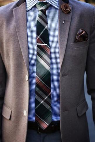 Wie kombinieren: braunes Sakko, weißes und blaues Businesshemd mit Karomuster, dunkelblaue Anzughose, dunkelgrüne Krawatte mit Schottenmuster