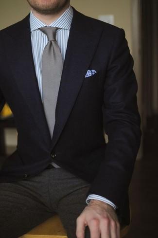 Wie kombinieren: schwarzes Sakko, graues vertikal gestreiftes Businesshemd, dunkelgraue Wollanzughose, graue Krawatte
