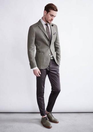2d80b0940253 Herrenmode › Herrenmode der 30er Jahre Tragen Sie ein graues Sakko und eine  dunkelbraune Anzughose für einen stilvollen, eleganten Look.