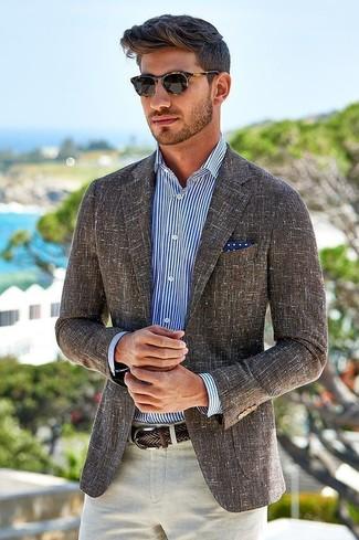 Wie kombinieren: braunes Leinen Sakko, weißes und dunkelblaues vertikal gestreiftes Businesshemd, hellbeige Leinen Anzughose, dunkelblaues und weißes gepunktetes Einstecktuch