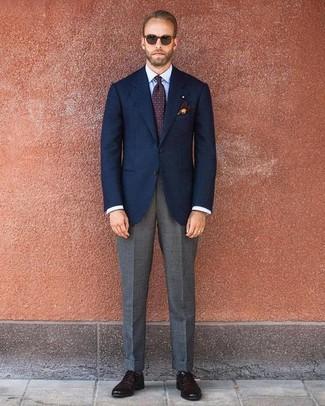 Wie kombinieren: dunkelblaues Sakko, hellblaues Businesshemd, graue Anzughose, dunkelbraune Leder Oxford Schuhe