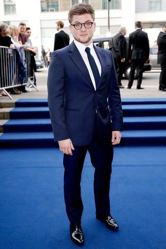 Wie kombinieren: dunkelblaues vertikal gestreiftes Sakko, weißes Businesshemd, dunkelblaue Anzughose, schwarze Leder Derby Schuhe