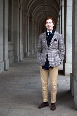 Dunkelblaues Einstecktuch kombinieren: trends 2020: Für ein bequemes Couch-Outfit, kombinieren Sie ein graues Sakko mit Schottenmuster mit einem dunkelblauen Einstecktuch. Fühlen Sie sich ideenreich? Vervollständigen Sie Ihr Outfit mit dunkelbraunen Wildleder Slippern mit Quasten.