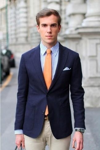 Wie kombinieren: dunkelblaues Sakko, blaues Businesshemd mit Vichy-Muster, hellbeige Anzughose, orange Krawatte