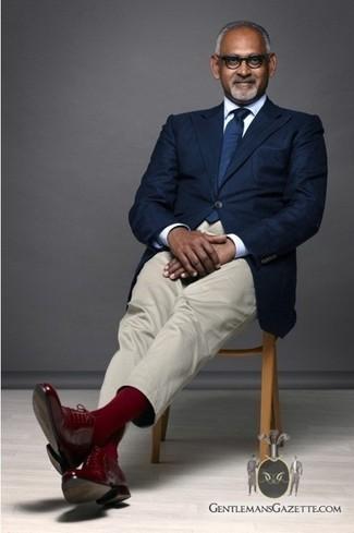 Wie kombinieren: dunkelblaues Sakko, weißes Businesshemd, hellbeige Anzughose, rote Leder Brogues