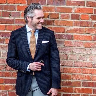 Wie kombinieren: dunkelblaues vertikal gestreiftes Sakko, hellblaues Businesshemd, graue Anzughose, orange bedruckte Krawatte