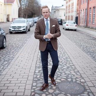 Wie kombinieren: braunes Sakko mit Schottenmuster, weißes Businesshemd, dunkelblaue Anzughose, braune Leder Brogues