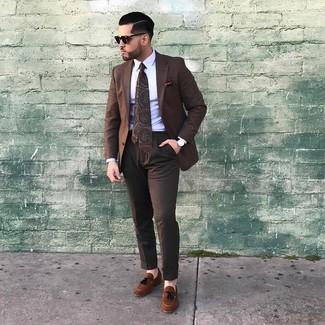 Wie kombinieren: braunes Sakko mit Karomuster, weißes Businesshemd, dunkelbraune Anzughose, braune Wildleder Slipper mit Quasten