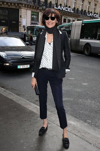 Wie kombinieren: schwarzes Sakko, weißes Businesshemd mit Sternenmuster, dunkelblaue Anzughose, schwarze Fransen Leder Slipper