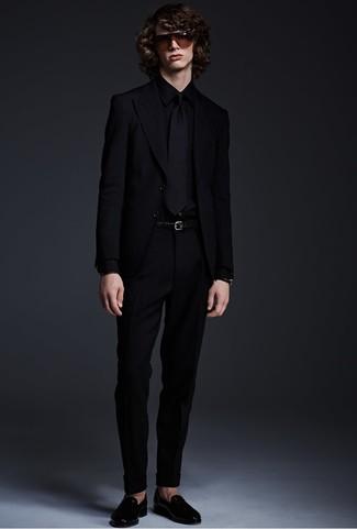Wie kombinieren: schwarzes Sakko, schwarzes Businesshemd, schwarze Anzughose, schwarze Leder Slipper