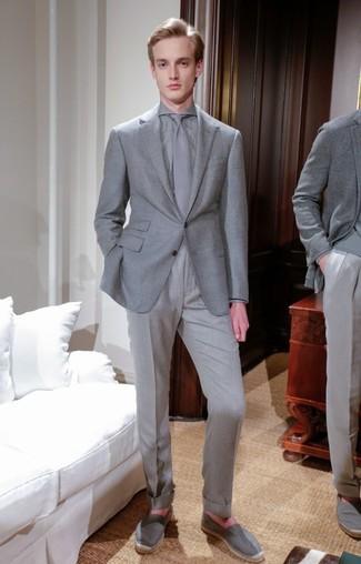 Wie kombinieren: graues Sakko, graues Businesshemd, graue Anzughose, graue Segeltuch Espadrilles