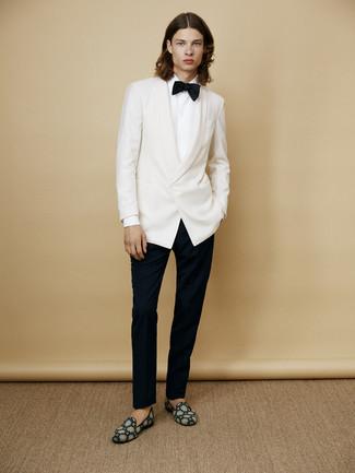 Wie kombinieren: weißes Sakko, weißes Businesshemd, schwarze Anzughose, dunkeltürkise Wildleder Slipper