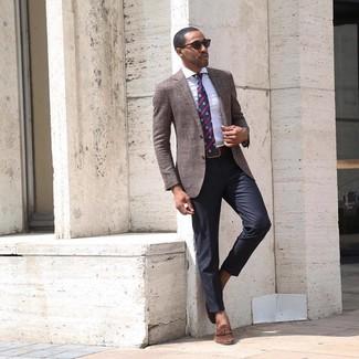 Wie kombinieren: braunes Sakko, weißes vertikal gestreiftes Businesshemd, schwarze Anzughose, braune Wildleder Slipper mit Quasten
