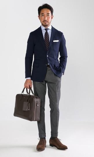 Wie kombinieren: dunkelblaues Sakko, hellblaues Businesshemd, graue Anzughose, braune Wildleder Oxford Schuhe