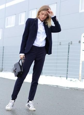 Wie kombinieren: dunkelblaues Sakko, weißes Businesshemd, dunkelblaue Anzughose, weiße und schwarze horizontal gestreifte niedrige Sneakers