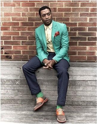 Wie kombinieren: mintgrünes Sakko, gelbes Businesshemd, dunkelblaue Anzughose, braune Segeltuch Oxford Schuhe