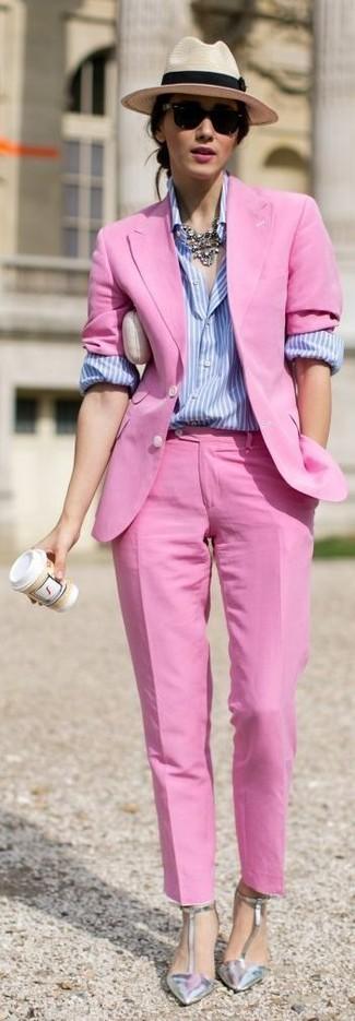 Wie kombinieren: fuchsia Sakko, hellblaues vertikal gestreiftes Businesshemd, fuchsia Anzughose, silberne Leder Pumps