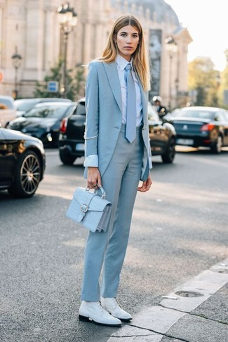 Krawatte kombinieren – 15 Damen Outfits: Die Kombination aus einem hellblauen Sakko und einer Krawatte erlaubt es Ihnen, Ihren Freizeit-Look klar und einfach zu halten. Weiße flache Stiefel mit einer Schnürung aus Leder sind eine kluge Wahl, um dieses Outfit zu vervollständigen.
