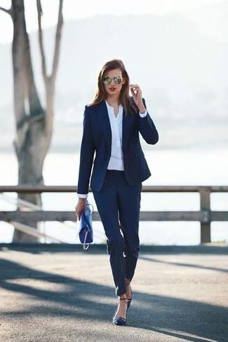 Wie kombinieren: dunkelblaues Sakko, weißes Businesshemd, dunkelblaue Anzughose, dunkelblaue Satin Pumps