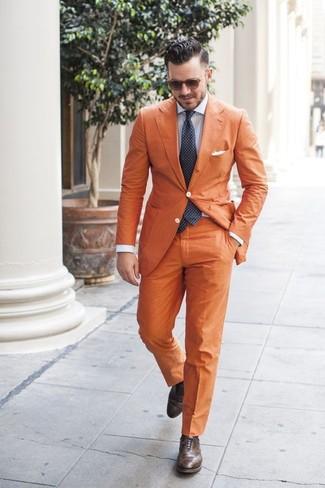 Wie kombinieren: orange Sakko, hellblaues vertikal gestreiftes Businesshemd, orange Anzughose, dunkelbraune Leder Brogues