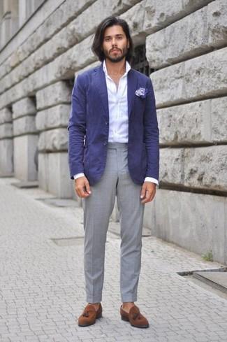 Wie kombinieren: blaues Baumwollsakko, weißes Businesshemd, graue Anzughose, braune Wildleder Slipper mit Quasten